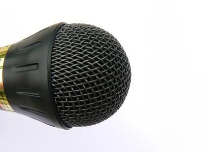 ¿Dónde está el micrófono en la Power Mac G5?