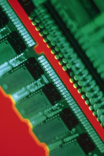 ¿Qué papel juega la memoria RAM en la determinación de la velocidad de una computadora?