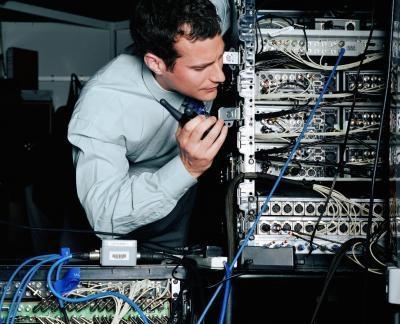 Las métricas que se usan comúnmente por los routers para evaluar un camino?