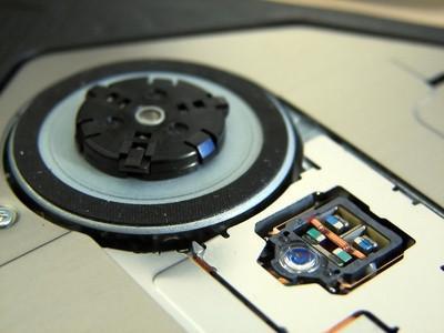 Cómo quitar el reproductor de CD desde un IBM ThinkCentre