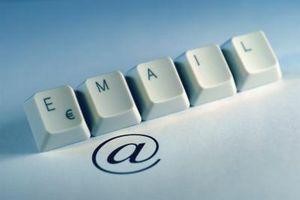 ¿Qué causa símbolos para reemplazar las letras en un correo electrónico?