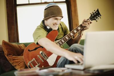 Grabar con una guitarra en una computadora portátil