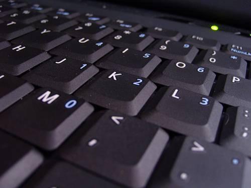 Cómo limpiar debajo de las teclas del teclado del ordenador portátil