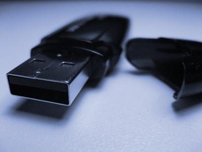 Cómo utilizar un Centro de Micro Flash Drive