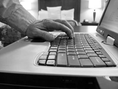 Cómo quitar el reposamanos en un teclado de Dell