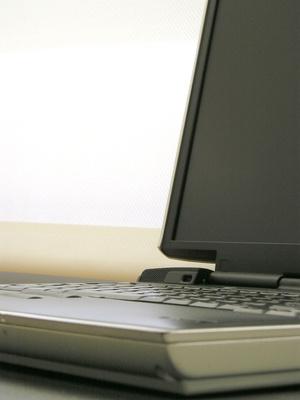Cómo conectar un Compaq Presario V2000 a un monitor externo