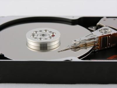 Cómo quitar un cable SATA de una unidad de disco duro