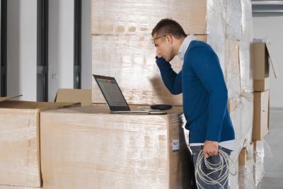 Cómo quitar la pantalla LCD de una computadora portátil