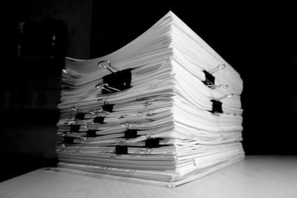 ¿Cómo se carga papel en la impresora Hewlett Packard?
