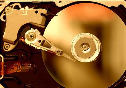 Cómo cambiar una unidad de disco duro en un Macbook de aluminio