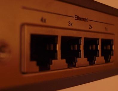 Cómo conectar un módem DSL y dos enrutadores para crear dos redes inalámbricas separadas
