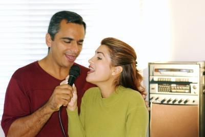 Cómo conectar un portátil a un sistema de Karaoke