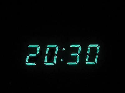 ¿Cómo se configura un sistema de reloj de tiempo de la red?