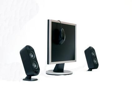 Cómo montar altavoces de monitor de audio en una pared