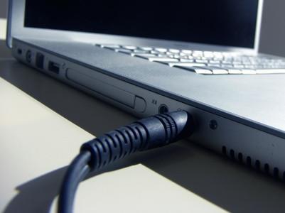 Cómo organizar los cables para computadoras