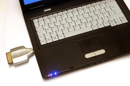 Cómo insertar una tarjeta SD en un ordenador portátil